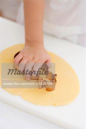 Kind Ausschneiden von Keks
