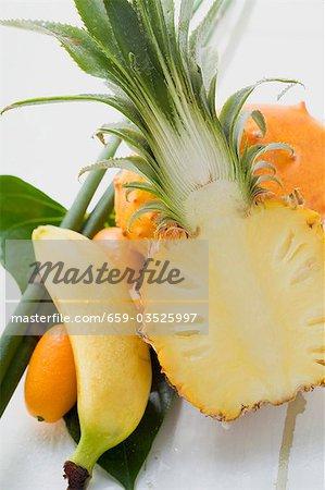 Nature morte avec ananas fruits exotiques