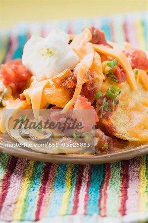 Tortilla Chips mit geschmolzenem Käse und Sauerrahm (Mexiko)