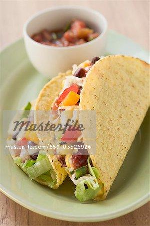 Zwei Gemüse Tacos, Salsa in Schälchen (Mexiko)