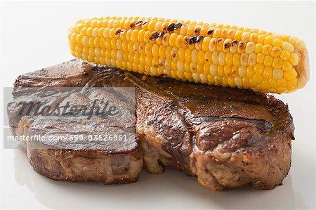 Steak de bœuf grillé avec des épis de maïs