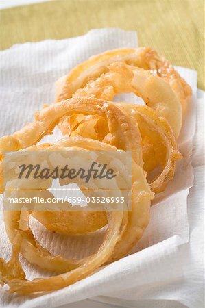 Frittierte Zwiebelringe auf Küchenpapier