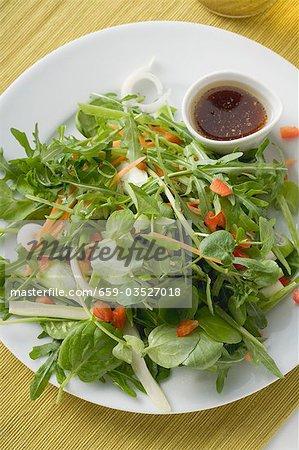 Feuilles de salade avec la vinaigrette balsamique