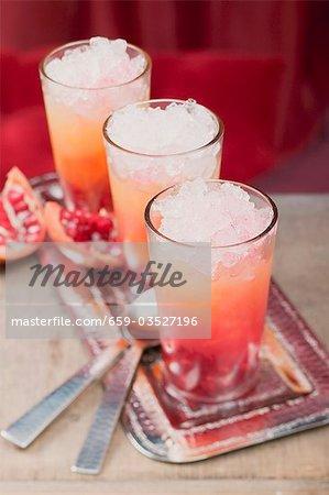 Drei fruchtige Getränke mit Orangensaft & Granatapfel
