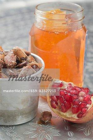 Amandes rôties, coin de la Grenade et le pot de miel