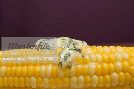 Maïs en épi avec beurre aux fines herbes