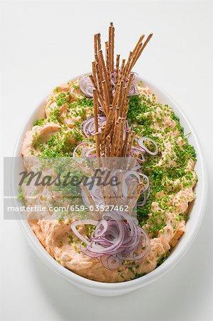Obatzda (propagation de fromage) avec oignons, ciboulette, bâtons salés
