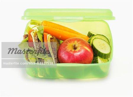 Gesunde Lunch-Box mit Sandwiches, Äpfel, Gemüse