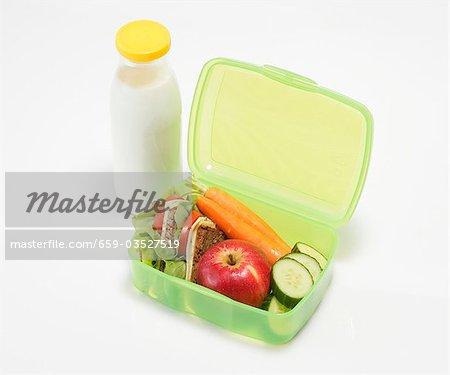 Boîte à lunch santé et bouteille de lait