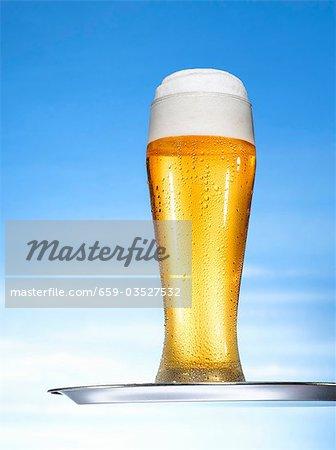 Grand verre de bière avec tête