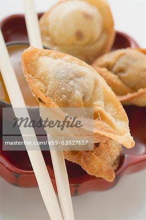 Dimsum frit sur baguettes (gros plan)