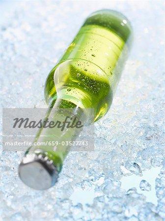 Flasche Bier auf crushed-ice