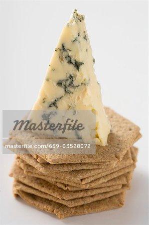 Morceau de fromage sur des craquelins
