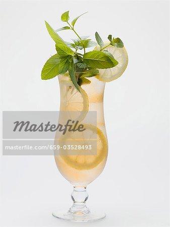 Glas Eistee mit Zitronenscheiben und frischer Minze