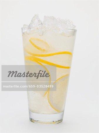 Un verre de limonade avec de la glace pilée