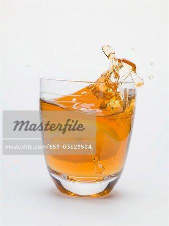 Spritzwasser aus einem Glas Eistee