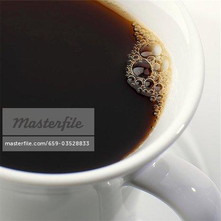 Schwarzen Kaffee mit Blasen