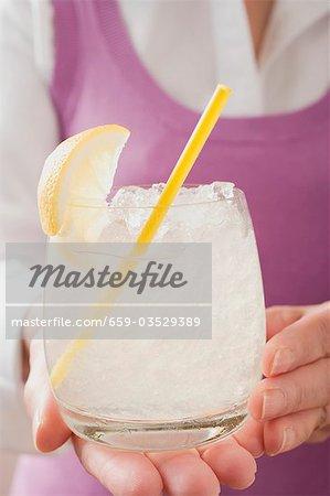 Frau mit Glas Limonade mit Stroh