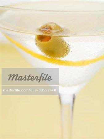 Martini avec zeste d'oliviers et de citronniers (gros plan)