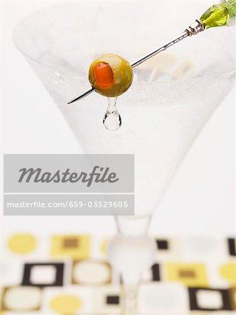 Martini avec olive sur bâton cocktail