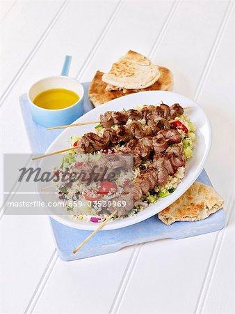 Brochettes de boeuf grillé sur couscous