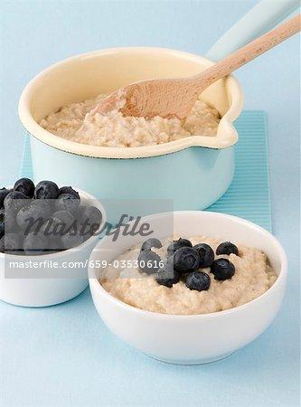 Bouillie dans une casserole et dans un bol avec les bleuets