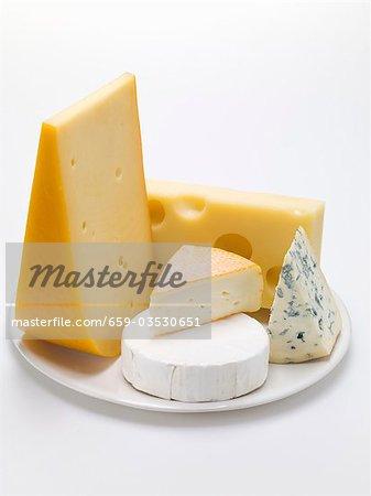 Morceaux de fromages sur assiette