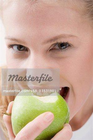 Pomme verte manger femme