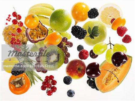 Différents types de fruits sur fond blanc