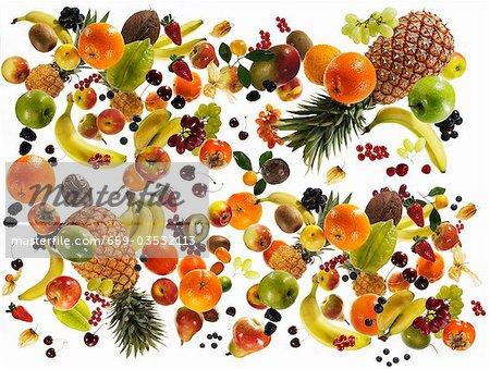 Beaucoup de différents types de fruits sur fond blanc