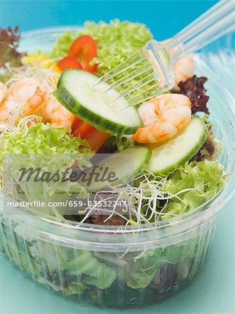 Feuilles de salade aux crevettes et légumes à emporter