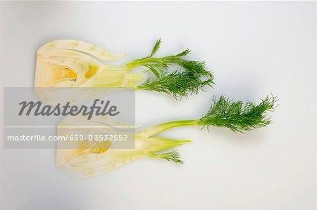 Zwei Scheiben Fenchel mit Blättern