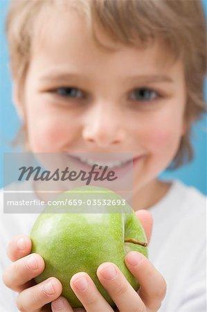 Little apple holding verte de garçon