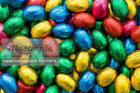 Oeufs en chocolat dans du papier coloré