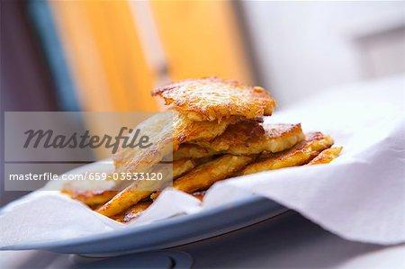Kartoffel-Rösti auf Küchenpapier