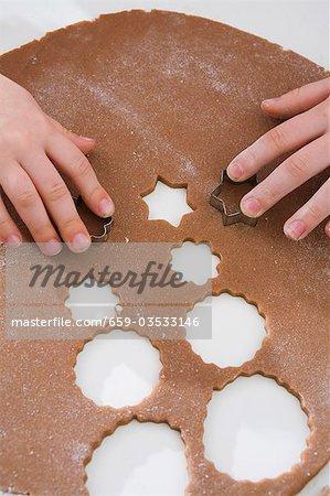 Kinder schneiden aus weihnachtsgebäck