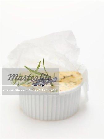 CafÈ de Paris-Butter mit Lavendel Blüten