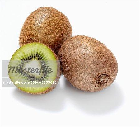 Kiwis und eine halbe Kiwi-Frucht
