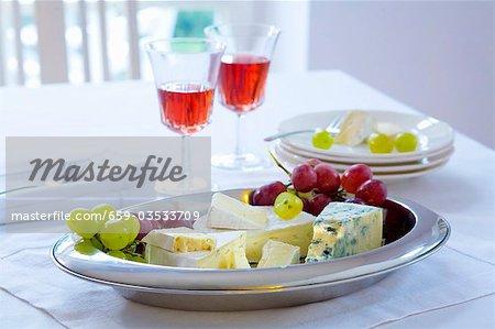Plateau de fromages avec raisins