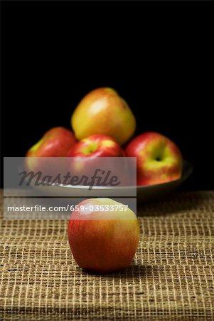 Apple avec un plat de pommes