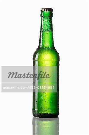 Grüne Flasche Bier mit Wassertropfen