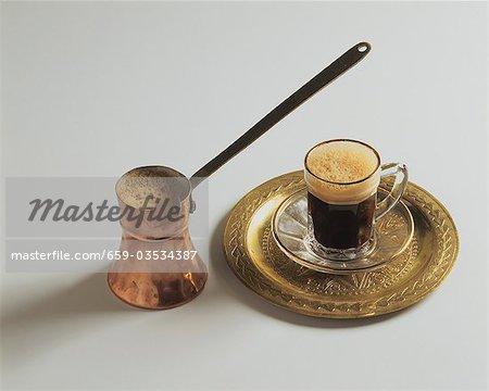 Türkischer Mokka in kleinen Topf und Tasse