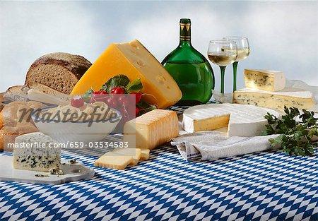 Spécialités de fromages bavarois avec le pain et le vin