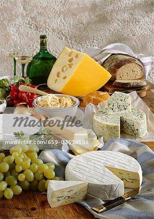 Bayerische Käsespezialitäten mit Brot, Trauben und Wein