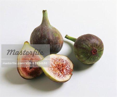 Figues fraîches entières ou coupées en deux