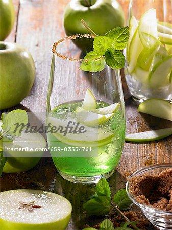 Apple Martini en verre avec jante sucrée