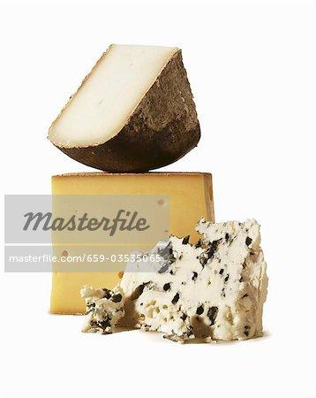 Trois fromages sur un fond blanc