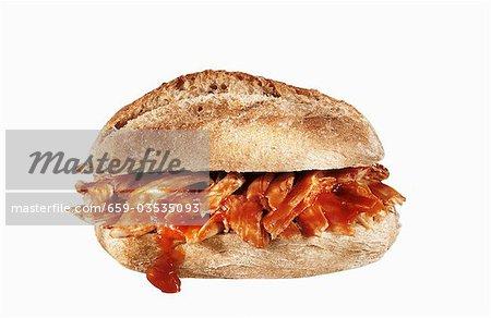 Sandwich au poulet barbecue sur fond blanc