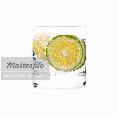 Un verre d'eau avec des tranches de citron vert