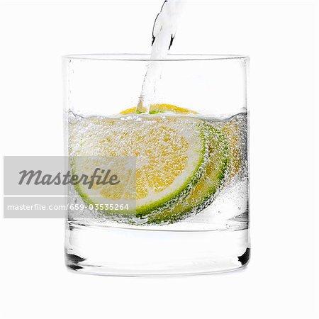Versez l'eau dans un verre